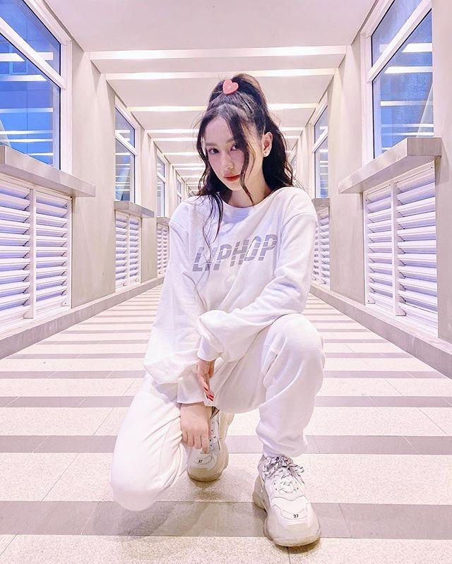Diện bộ đồ nỉ đi kèm kiểu tóc buộc đỉnh đầu, Jun Vũ giống hệt một cô nữ sinh cổ vũ.