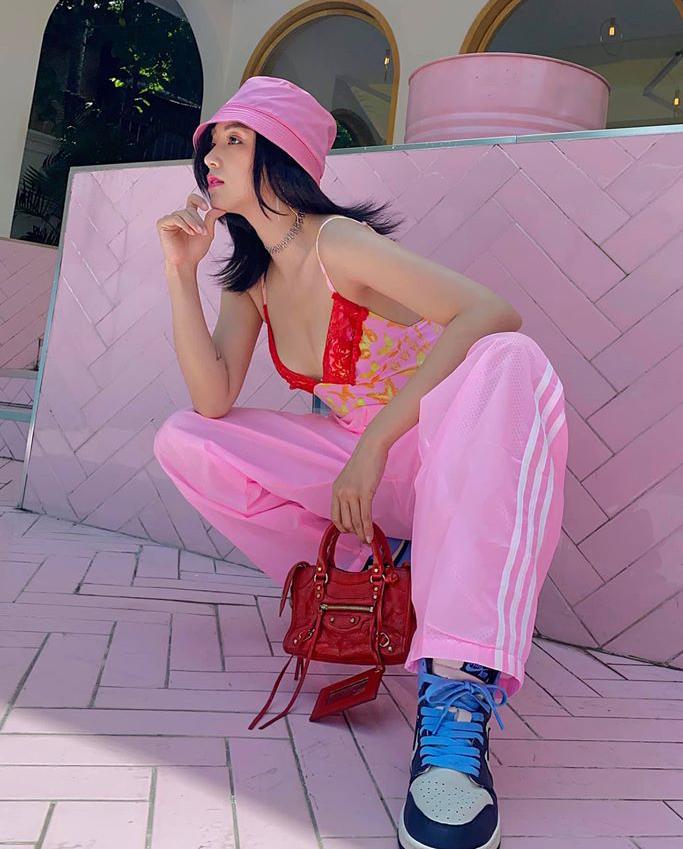 Ngoài phong cách kiểu sexy, style nữ sinh năng động mang hơi hướng thập niên 2000 cũng được nhiều người đẹp thử nghiệm. Sa Lim diện cả cây đồ sporty hồng chói lọi.