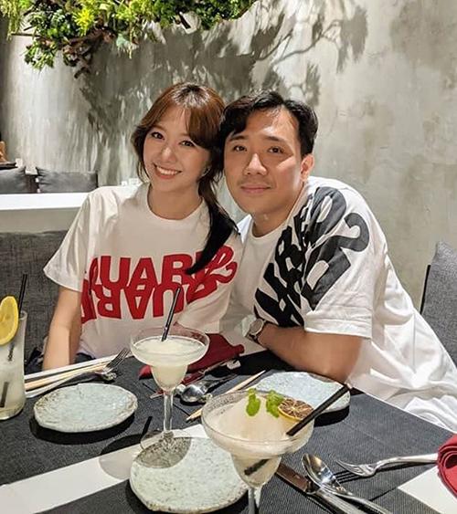 Vợ chồng Hari Won - Trấn Thành diện áo đôi rủ nhau đi ăn.