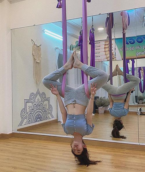 Khổng Tú Quỳnh tập yoga bay thường xuyên để giữ vóc dáng.