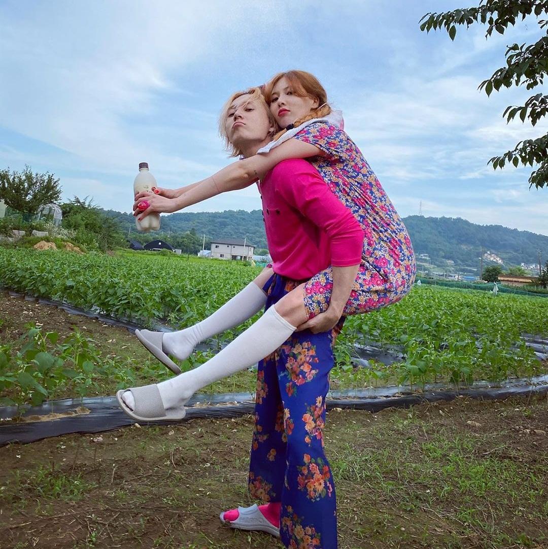 Hyuna - Dawn tình tứ cõng nhau tạo dáng trong bộ đồ hoa lá cành như các bà thím.