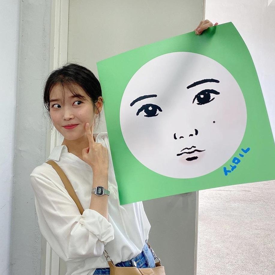Fan vẽ tặng IU phiên bản truyện tranh với chiếc nốt ruồi đặc trưng trên gò má.