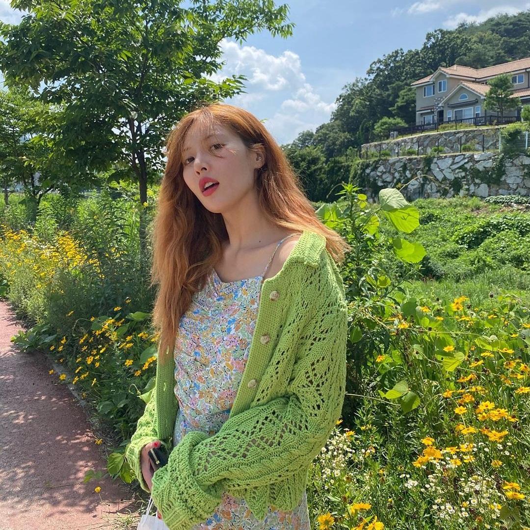 Hyuna phối váy hoa và áo len màu xanh trẻ trung, đậm hương vị mùa hè.