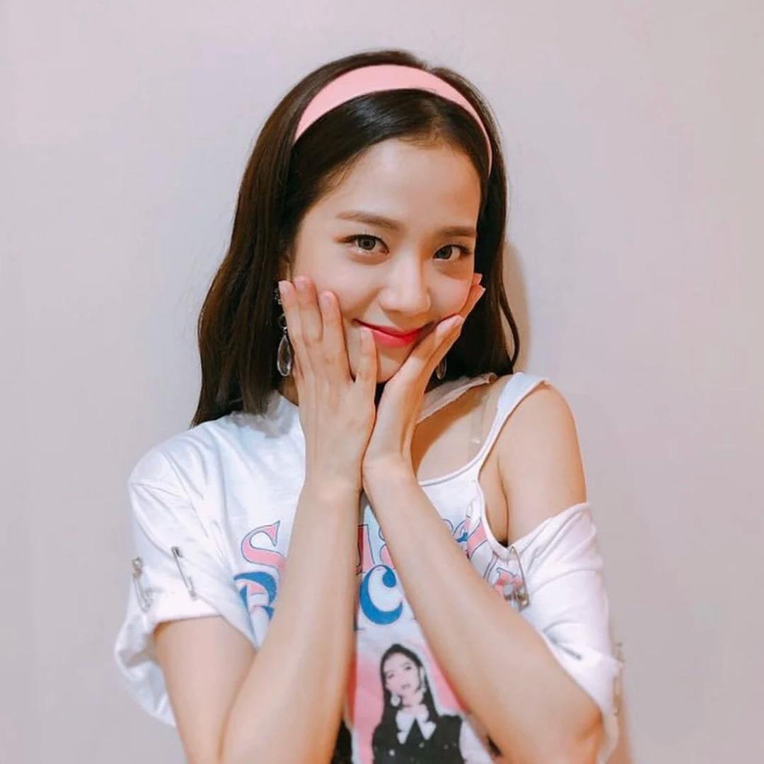 Ji Soo có cả bộ sưu tập băng đô nhựa màu, giúp cô có phong cách chuẩn nữ sinh những năm 2000.