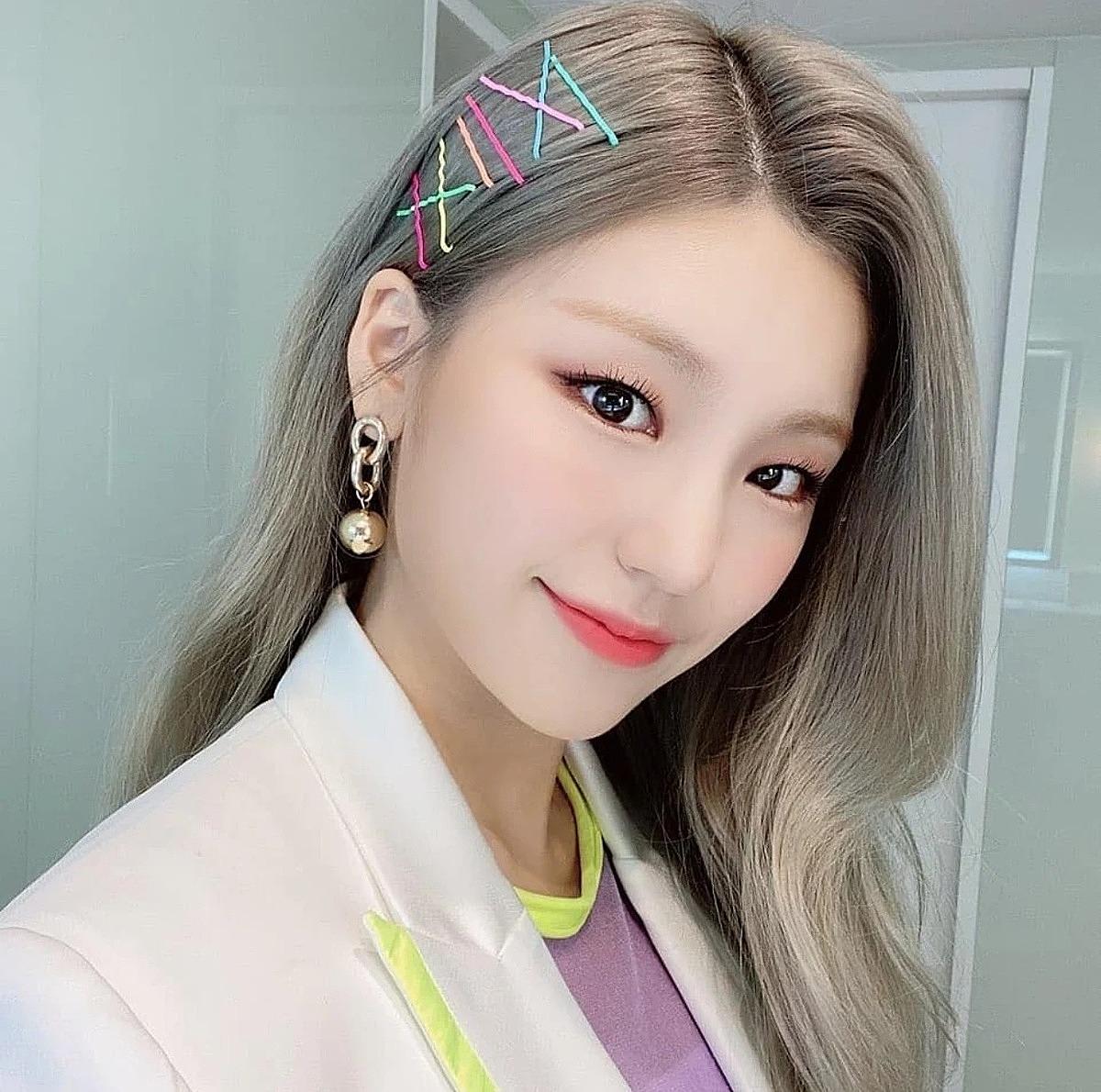 Mái tóc rẽ ngôi đơn giản của Ye Ji (ITZY) trông cá tính, ấn tượng hơn nhờ những chiếc kẹp tăm màu sắc.