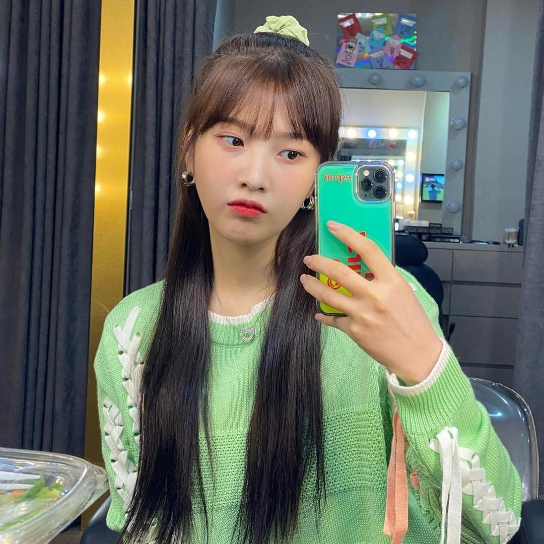 Chun buộc tóc vải màu sắc chứng minh sức hút với sự lăng xê của hàng loạt idol. Trông nhỏ nhắn, đáng yêu và tô điểm cho mái tóc thêm nổi bật, srunchie được Joy bổ sung liên tục vào tủ đồ.
