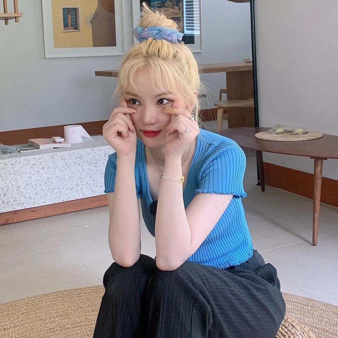 Các cô gái rất thích kiểu kết hợp srunchie tương đồng với màu áo như Eun Ha (GFriend), giúp vẻ ngoài nổi bật hơn hẳn.