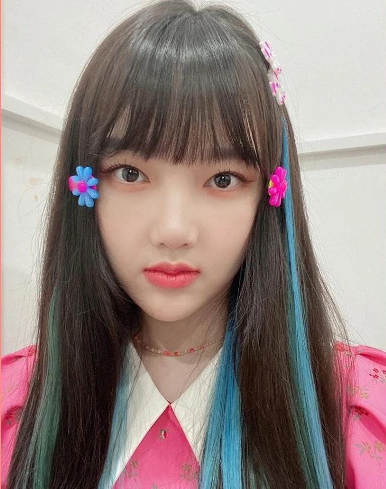 Ye Rin (GFriend) không ngại kẹp tóc hoa lòe loẹt, trông tưởng quê nhưng rất hay ho.