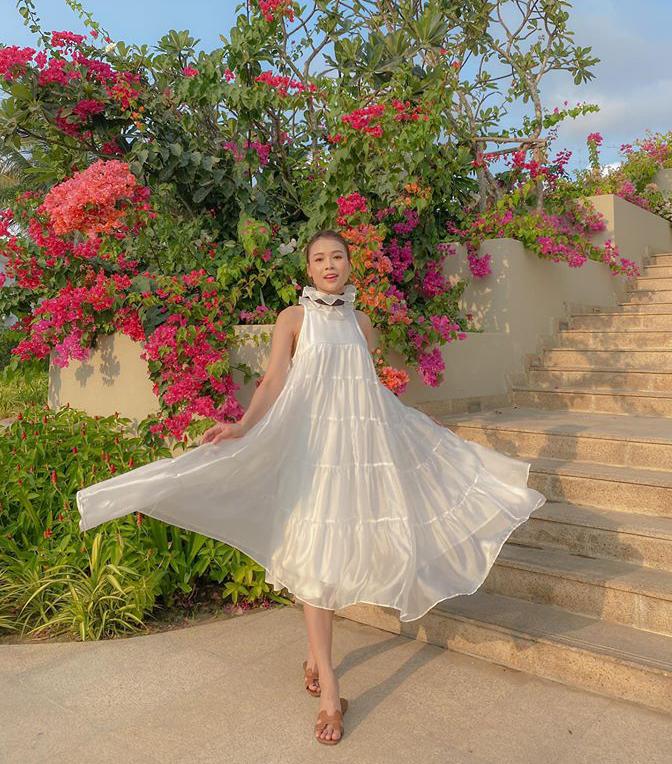 Nếu chưa biết sắm gì cho những chuyến du lịch mùa hè, bạn có thể tăm tia các mẫu váy dáng suông đang được sao Việt yêu thích. Kiểu váy này thường làm từ những chất liệu mỏng nhẹ, có độ bay bổng, vì vậy giúp bạn trông rất nên thơ, lãng mạn trong các bức hình.
