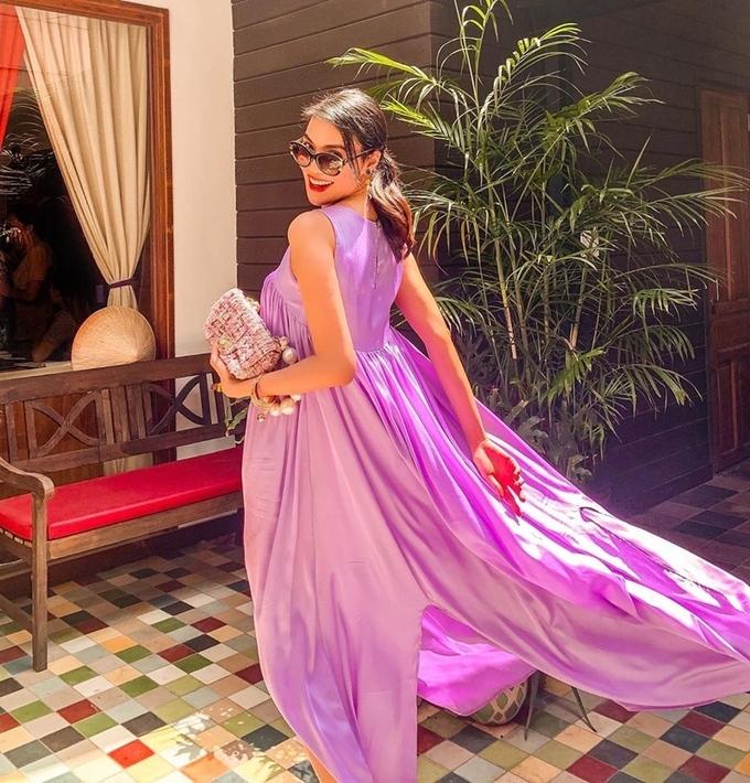 Lan Khuê chuộng các kiểu váy suông rộng có độ tung bay, giúp cô đứng vào là có hình đẹp. Siêu mẫu tối giản trong phụ kiện đi kèm, chỉ dùng túi xách tông xuyệt tông làm điểm nhấn.