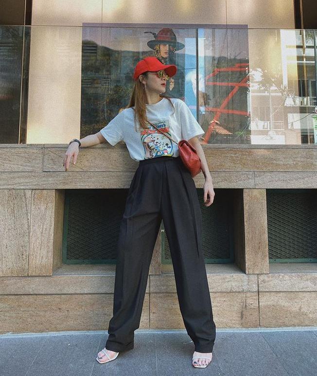 Dáng quần suông rộng có thể kết hợp được với mọi kiểu áo, từ những chiếc áo kiểu bánh bèo như Hoàng Thùy đến áo phông năng động giống Yến Nhi.