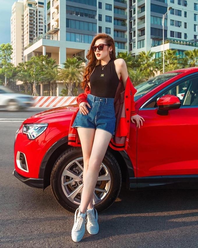 Diện tank top và quần short jeans như Tú Anh cũng là công thức đơn giản mà đẹp cho ngày hè.