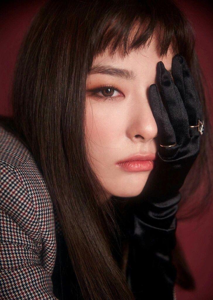 Seul Gi (Red Velvet) trong đợt quảng bá Peek A Poo để tóc mái gặm, lộ chân mày, nên việc nhấn nhá vào đôi mắt lại càng quan trọng.