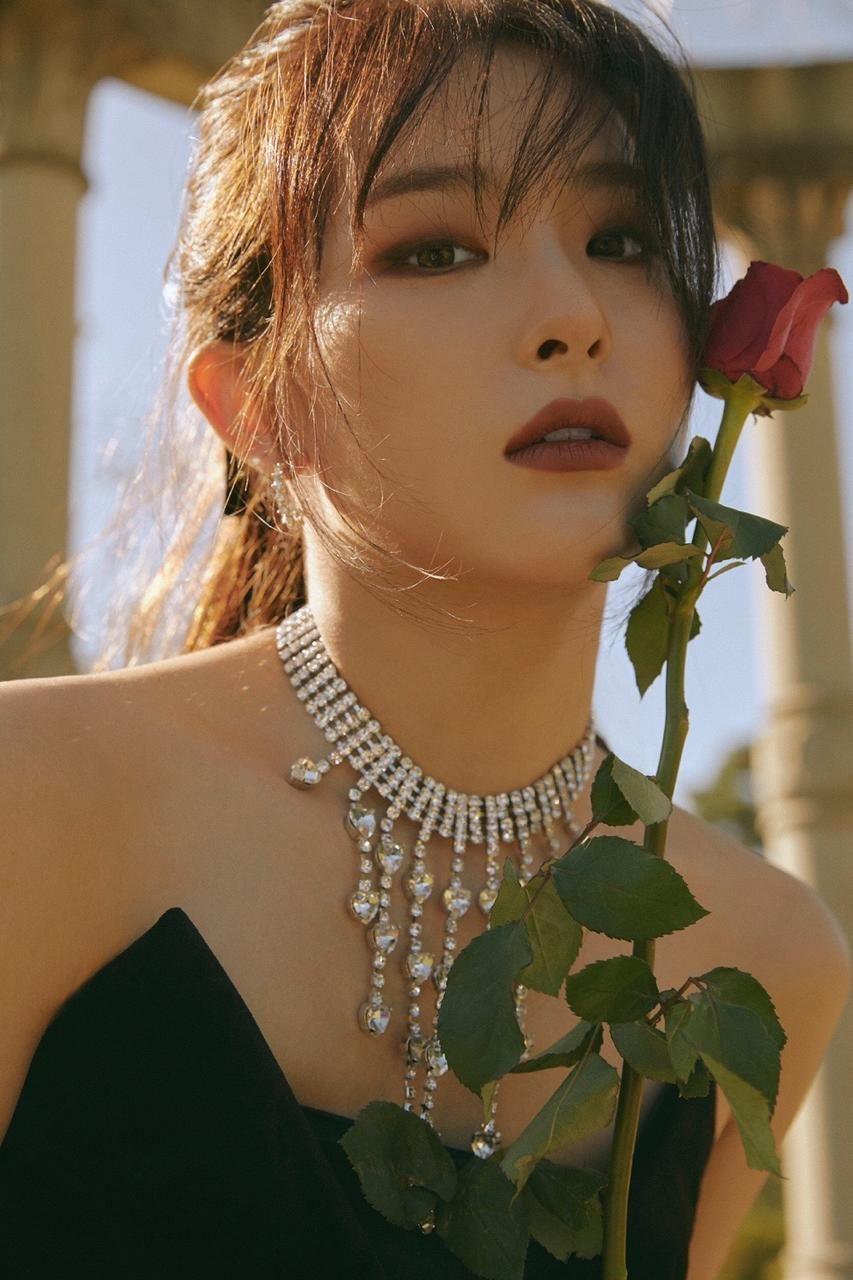 Kiểu trang điểm mắt đậm được Seul Gi sử dụng đa dạng qua mỗi lần Red Velvet comeback. Khi thì makeup kiểu ma mị (trong Psycho), khi thì mạnh mẽ biến hóa (trong Monster).