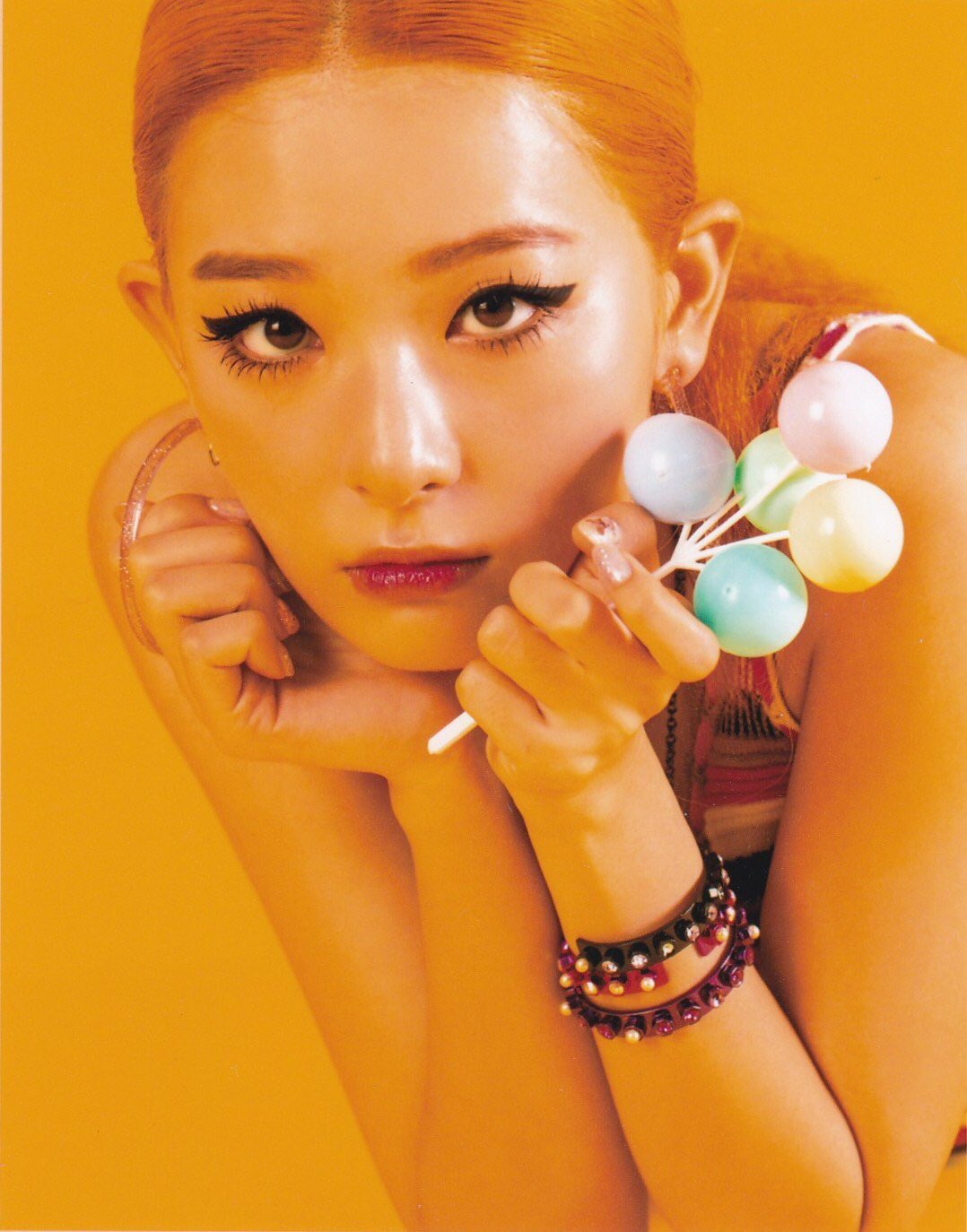 Seul Gi và Mina (Gugudan) là hai idol thử thách với eyeliner đậm, vẽ ở ngay viền ngoài mắt.