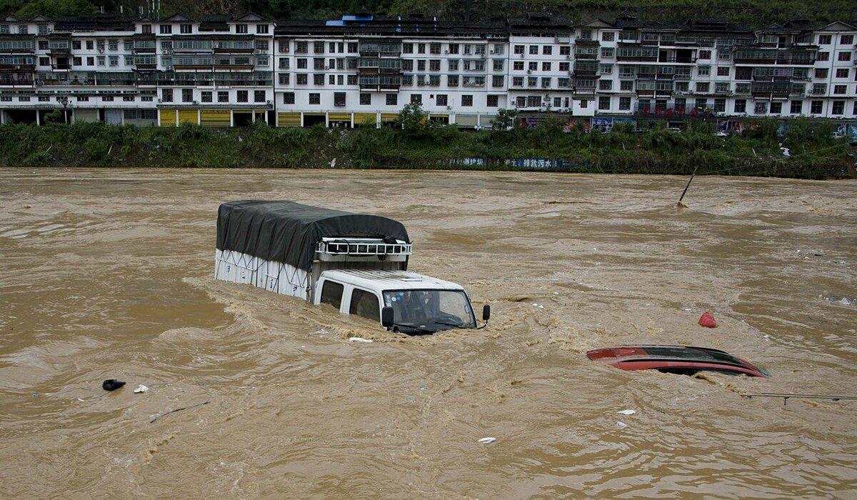Xe cộ bị lũ nhấn chìm ở huyện Tòng Giang, tỉnh Quý Châu, hồi đầu tháng 6. Ảnh:SCMP
