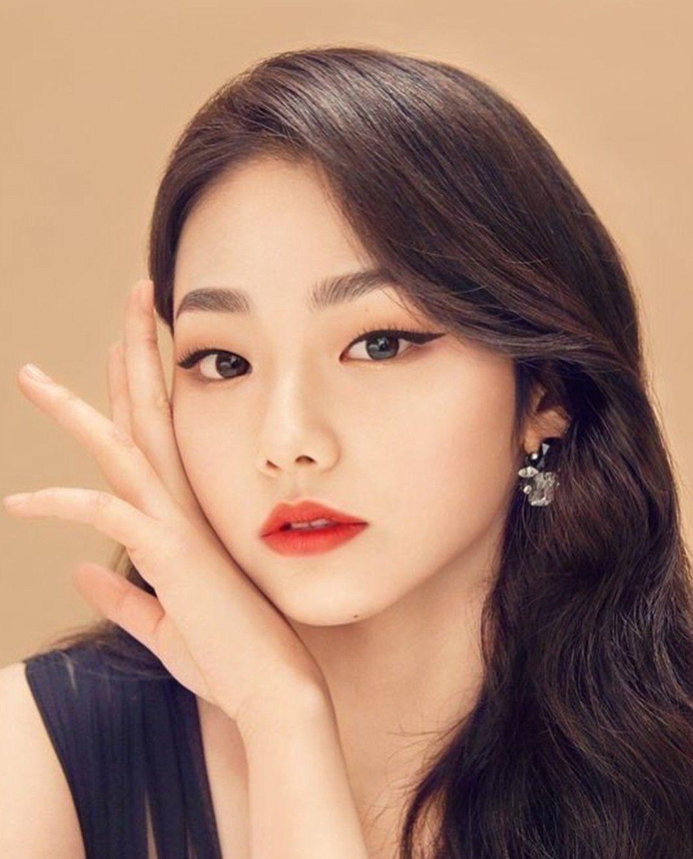 Bên cạnh màu son đỏ, đường kẻ mắt xếch lên là bí quyết giúp gương mặt non trẻ của Mina trở nê kiêu sa.