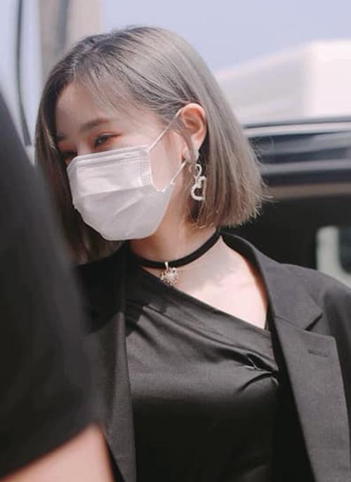 Hứa Giai Kỳ là thành viên chăm đổi tạo hình nhất The9. Sau màu xanh hot trend, hiện cô để tóc xám ma mị.