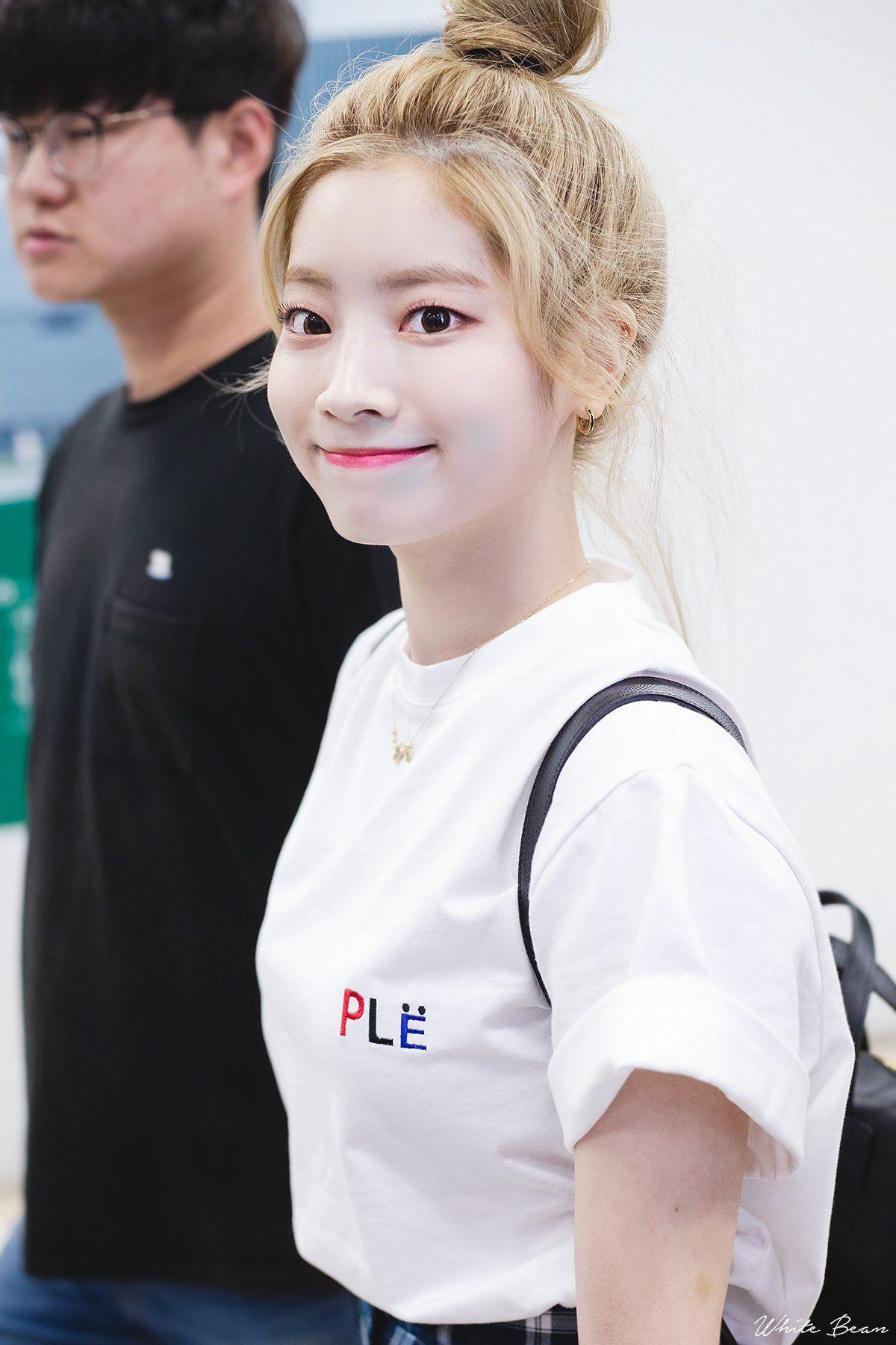 Dahyun có nước da trắng và đôi mắt một mí đen láy, sáng lấp lánh nên dù có tối giản hết các bước vẽ mắt, chỉ để lại eyeliner mỏng, các nét của Dahyun vẫn rất tinh anh, lanh lợi.