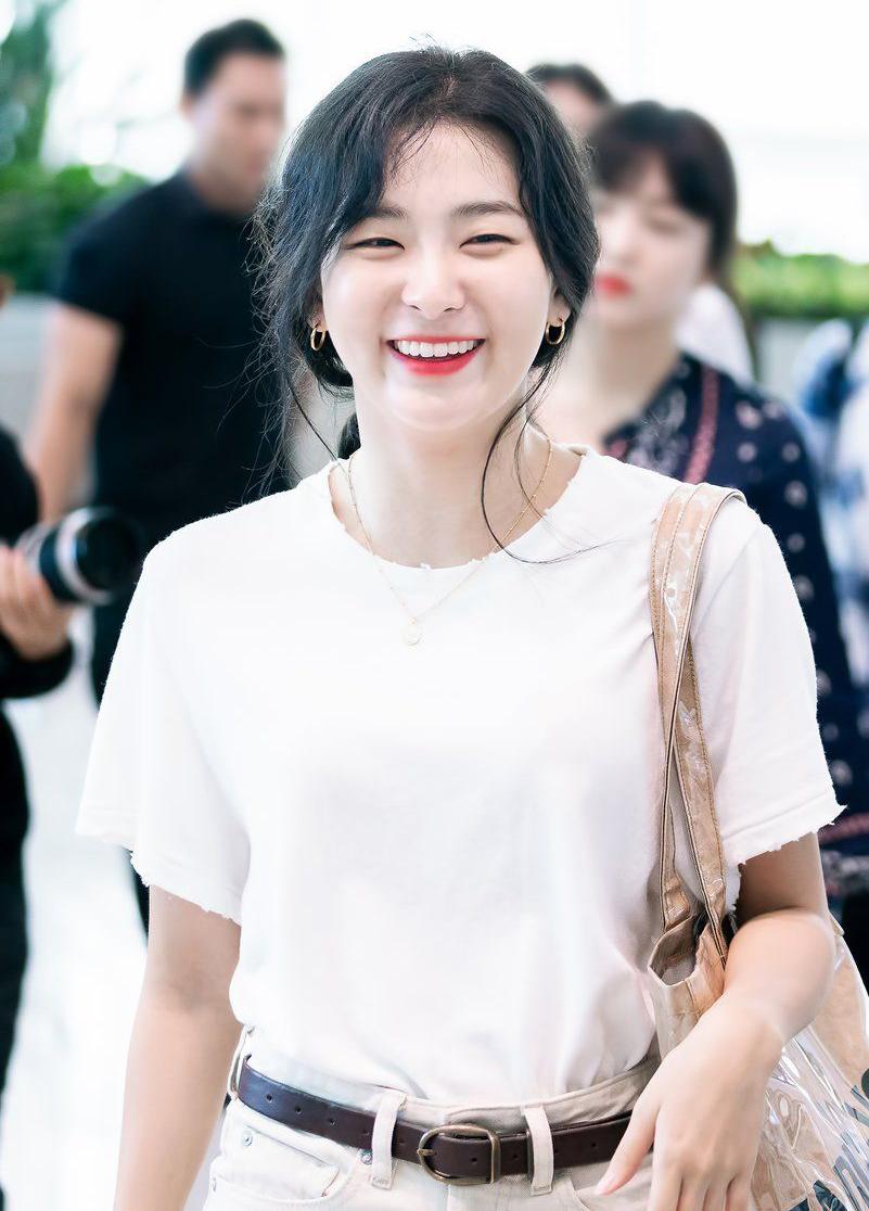 Seul Gi có đôi mắt hợp với nhiều kiểu makeup, và đôi mắt mộc mạc của Seul Gi vẫn rất đẹp khi bỏ qua bước tô vẽ phức tạp.
