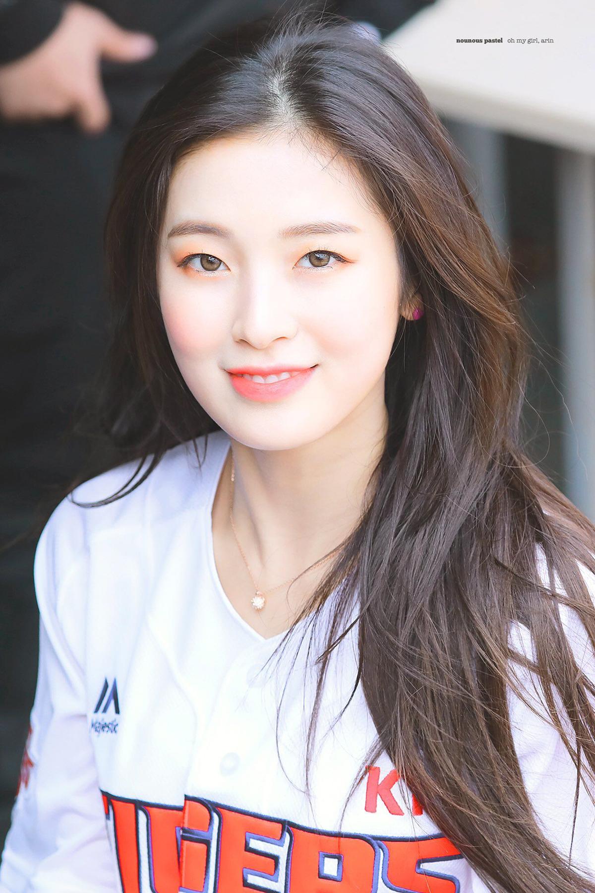 Arin không hẳn là idol một mí, chỉ là đường nhấn mí của cô nàng khá mảnh, giống với mí lót. Tuy vậy, chỉ phớt qua một lớp phần mắt mỏng, Arin vẫn rất xinh đẹp.