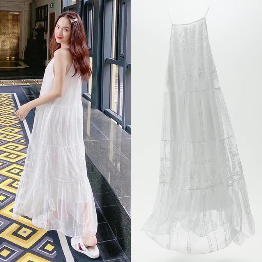 Chiếc đầm maxi pha xuyên thấu với những đường thêu họa tiết duyên dáng được lòng Hương Giang trong chuyến du lịch ngày hè. Muốn sắm mẫu váy tương tự, bạn phải chi 1,6 triệu đồng.