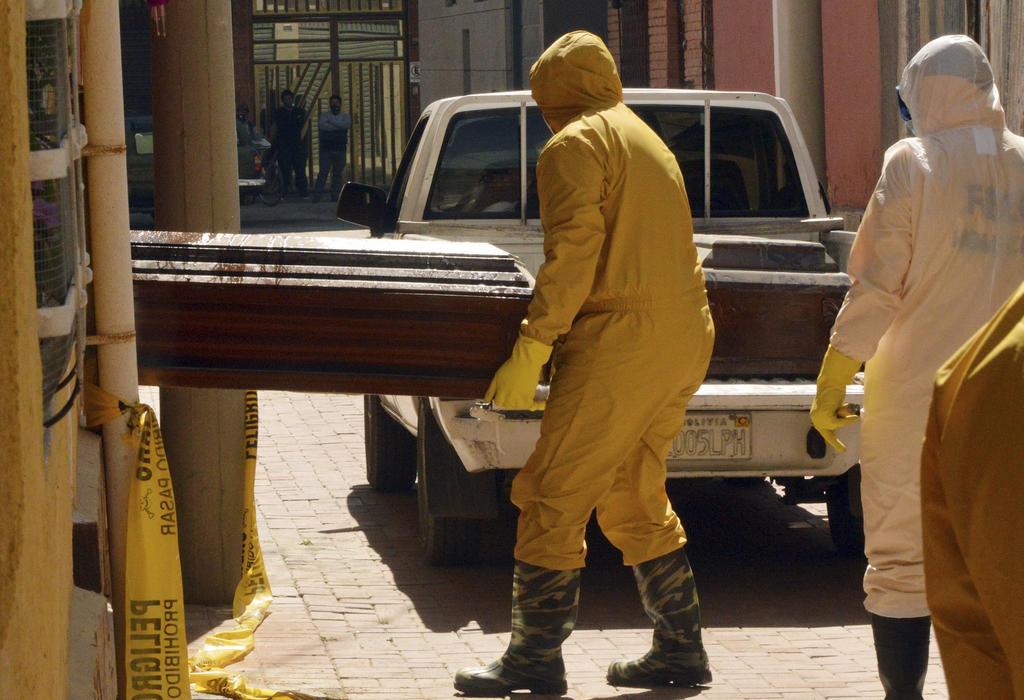 Các nhân viên y tế thu thập thi thể một nạn nhân Covid-19 từ viện dưỡng lão ở Cochabamba, Bolivia vào ngày 20/7. Ảnh: AFP.