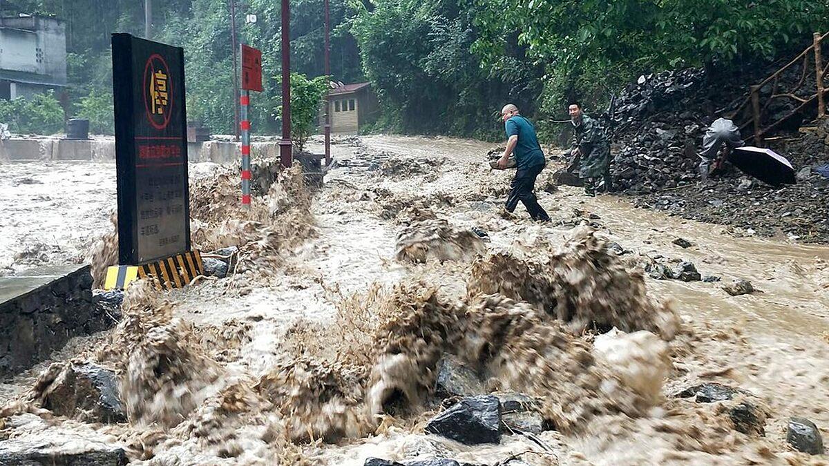 Các nhân viên chính phủ cố gắng ngăn chặn một vụ vỡ đê ở Vô Tích, thành phố Trùng Khánh ngày 12/6.