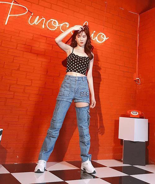 Trước đây người đẹp cũng nhiều lần mặc đủ kiểu quần jeans lạ mắt. Diện mẫu quần Balenciaga hở đùi, chân dài bị chê không toát lên được vẻ cool ngầu của món đồ.