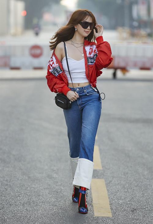 Jeans gập gấu pha màu cũng không phải là item ai cũng có thể mặc. Với Ngọc Trinh, cô khiến đôi chân trông như ngắn hơn vì mẫu quần chắp vá này.