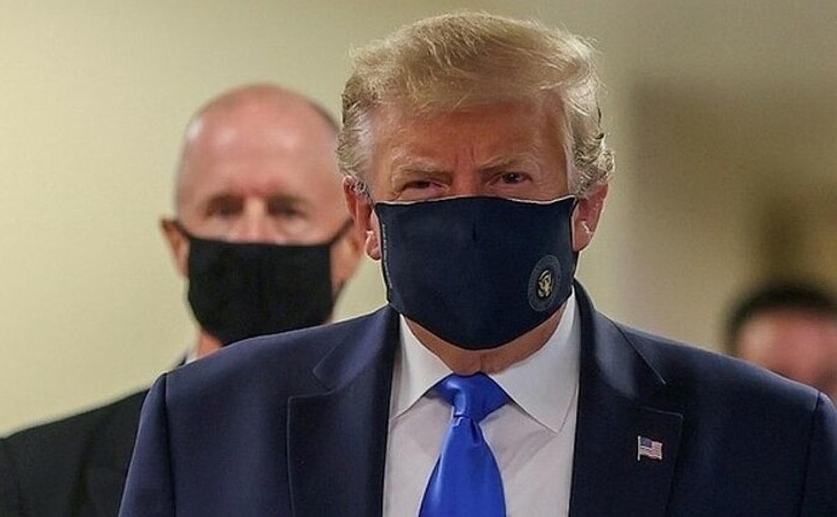 Trump đeo khẩu trang khi thăm Trung tâm Y tế Quân đội Quốc gia Walter Reed hôm 11/7. Ảnh:Reuters.