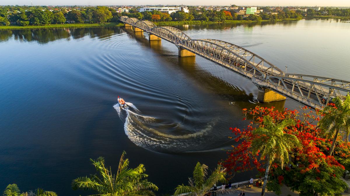 Vẻ đẹp cầu Trường Tiền, sông Hương nhìn từ trên cao.