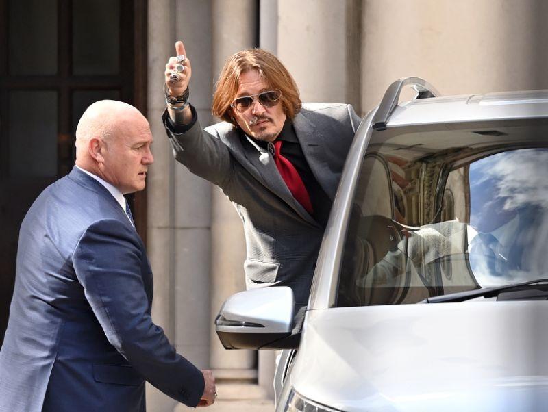 Johnny Depp rời phiên tòa ngày 21/7 ở London sau khi nghe lời khai của Amber Heard. Ảnh: WireImage.
