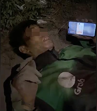 Hình ảnh anh Q sau khi bị cướp đâm và lấy xe máy được chị Nhung ghi lại.