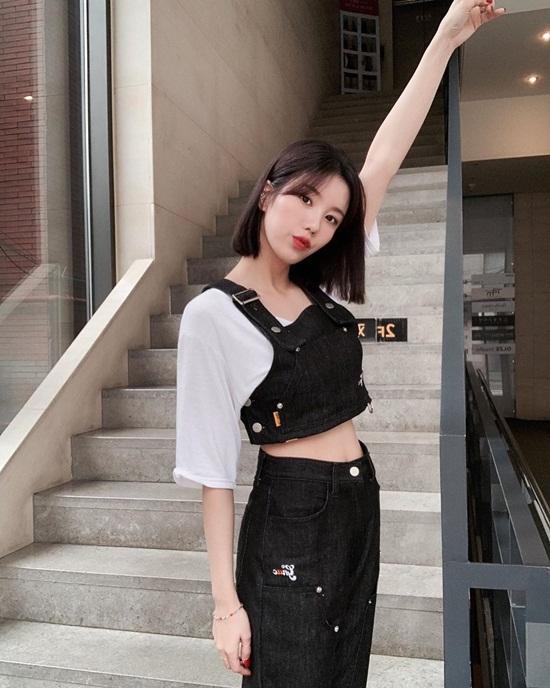 Eun Bi (IZONE) khoe eo thon hút mắt.