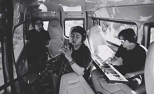 Hoài Lâm thu âm ca khúc Hoa nở không màu trên xe ôtô.