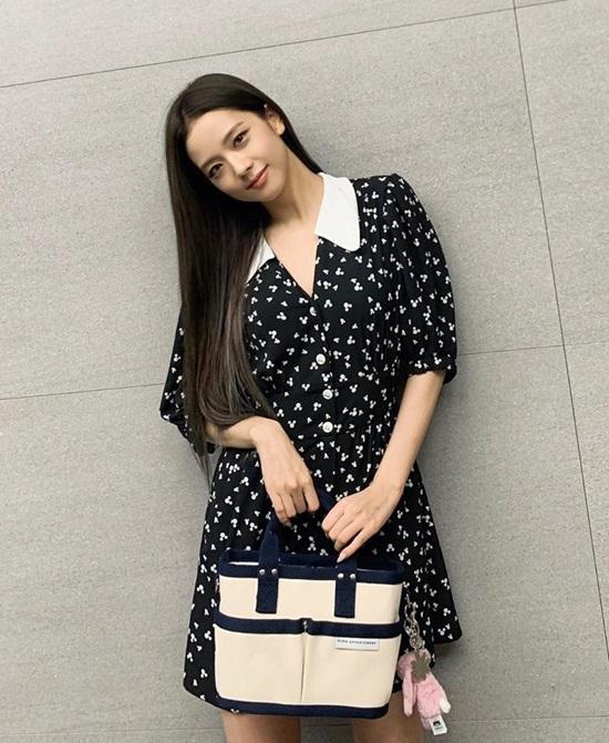 Ji Soo diện váy liền, xõa tóc dài dịu dàng.