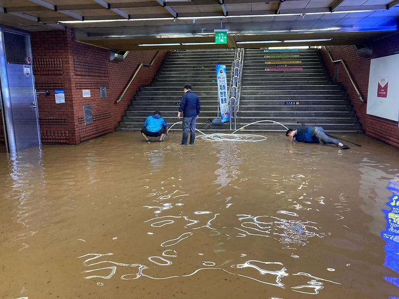 Những bức ảnh được người dân chia sẻ cho thấy nước mưa xối thẳng xuống các ga tàu điện ngầm.