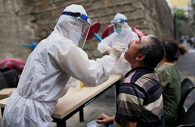 Các nhà chức trách tiến hành xét nghiệm cư dân. Ảnh: Reuters.