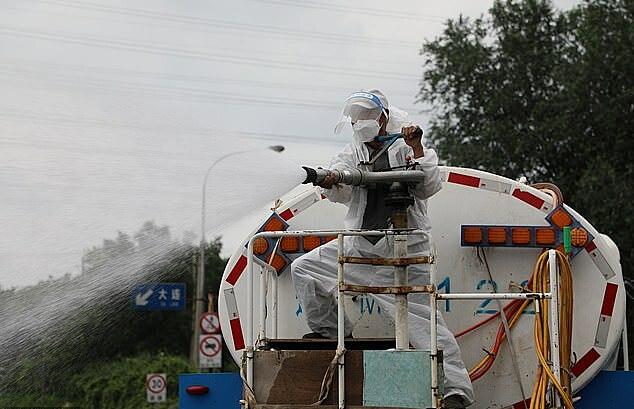Nhân viên phun thuốc khử trùng tại thành phố Đại Liên, tỉnh Liêu Ninh, ngày 24/7.