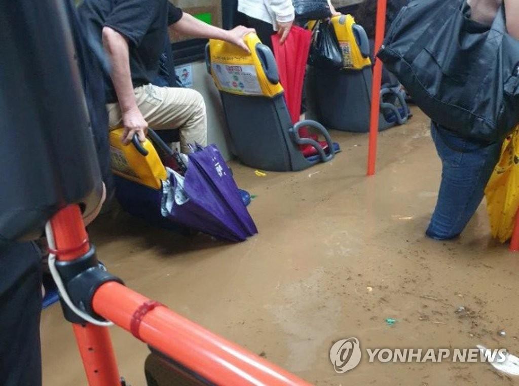 Xe bus chạy trong nước lũ cao tới hông người. Trong ảnh, nước ngập tới lưng ghế ngồi trên xe bus.