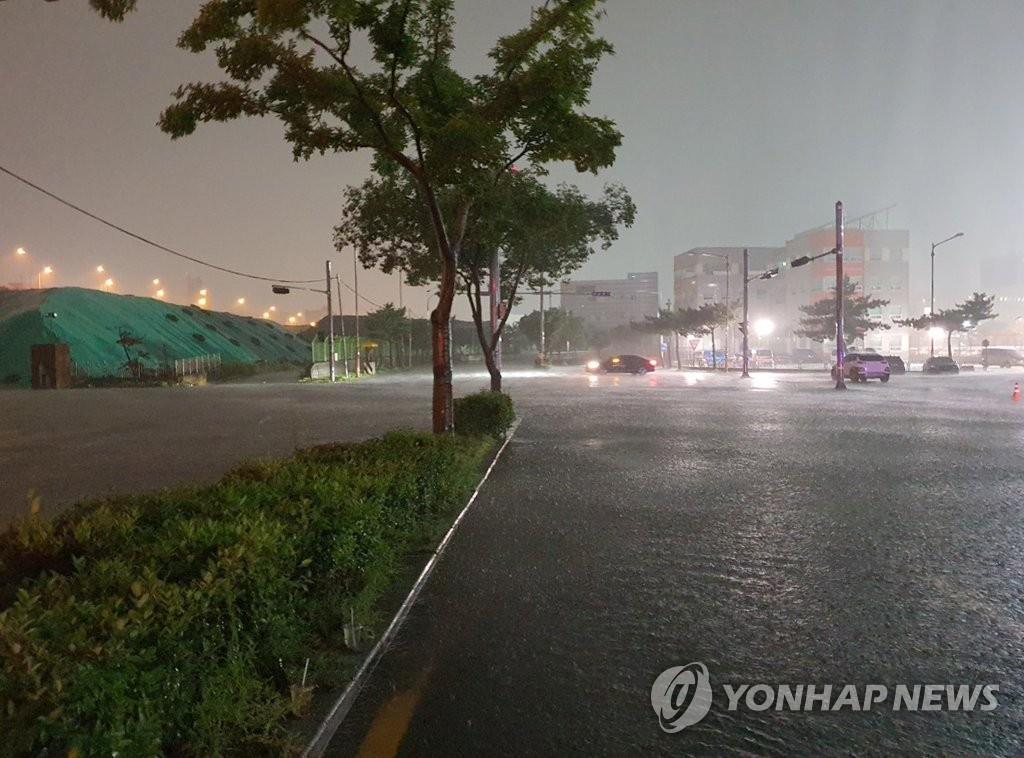 Busan - thành phố lớn thứ hai của Hàn Quốc - hứng chịu những cơn mưa xối xả lên tới 80 mm mỗi giờ kể từ đêm qua đến rạng sáng 24/7.