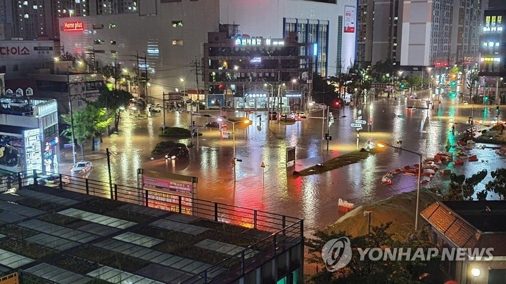 Cơ quan Quản lý Phòng chống thiên tai và an toàn Trung ương Hàn Quốc cho biết, 3 người được tìm thấy đã thiệt mạng trong xe hơi vào tối 23/7 khi chìm trong nước dâng ở thành phố cảng Busan. Một người đàn ông khác được báo cáo mất tích sau khi bị lũ cuốn trôi ở Ulsan, phía đông bắc thành phố Busan. Trên toàn quốc, 195 người sơ tán khẩn cấp và ít nhất 51 người được giải cứu khỏi dòng nước lũ.