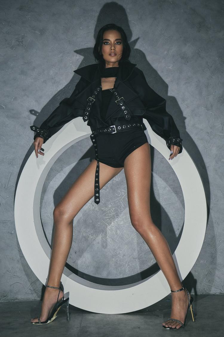 Cô diện áo khoác hầm hố bên ngoài bodysuit.