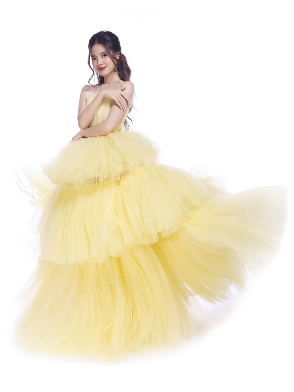 Midu khoe nét đẹp mặn mà, dịu dàng và đầy tính nữ với bộ đầm vàng.