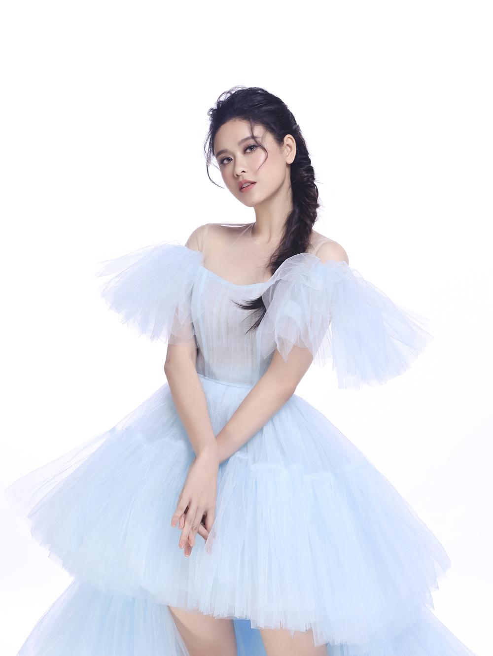 Trương Quỳnh Anh toát lên tính hiện đại, chất quyến rũ pha trộn với một chút kiêu kỳ trong bộ đầm tinh khôi màu xanh nhạt.