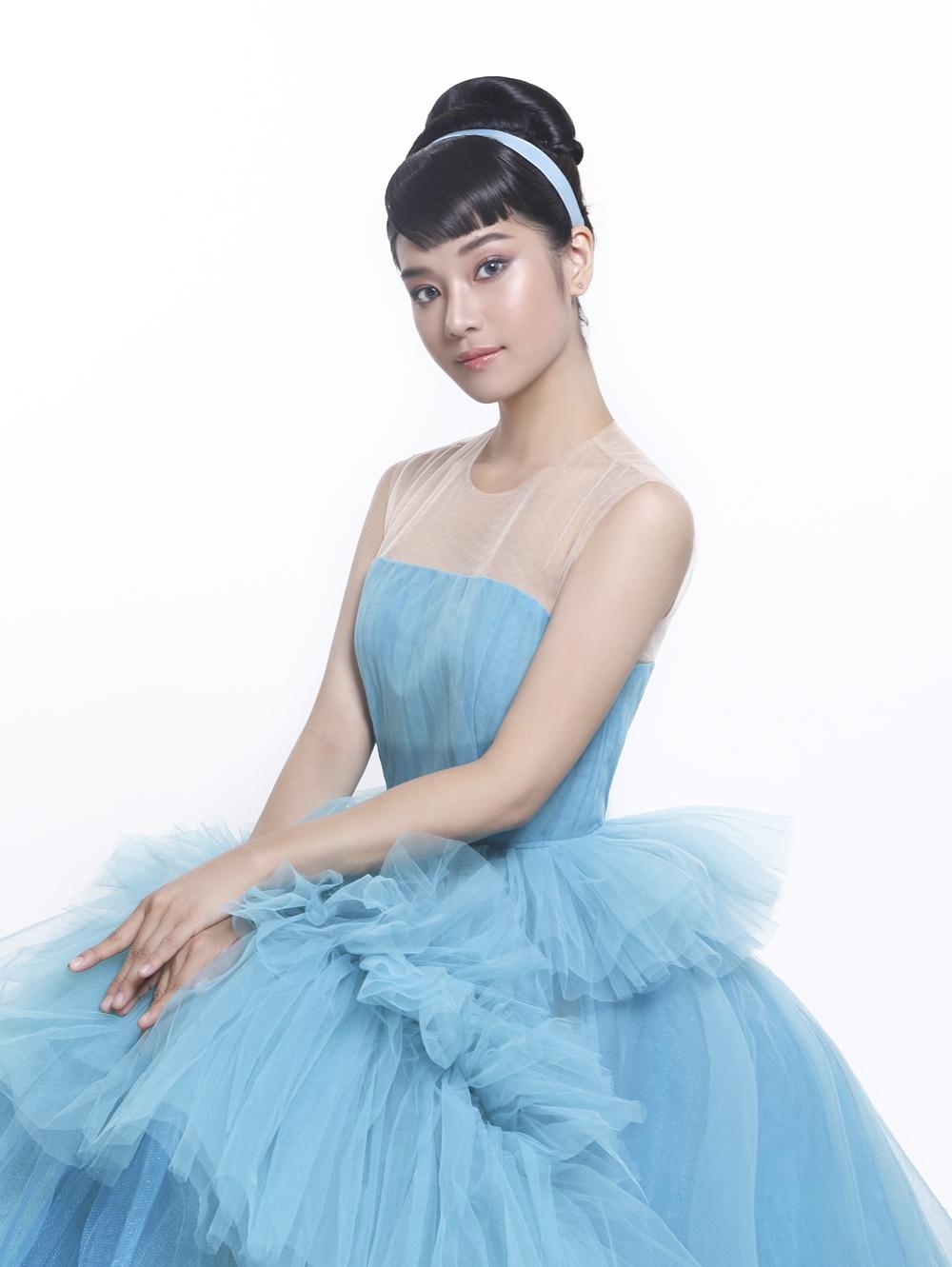Lấy cảm hứng từ Lọ Lem trong bộ phim hoạt hình ra mắt vào năm 1950, NTK Nguyễn Minh Công trao cho nữ diễn viên Tháng năm rực rỡ bộ trang phục màu xanh da trời đậm chất thơ, toát lên vẻ dung dị và nhẹ nhàng.