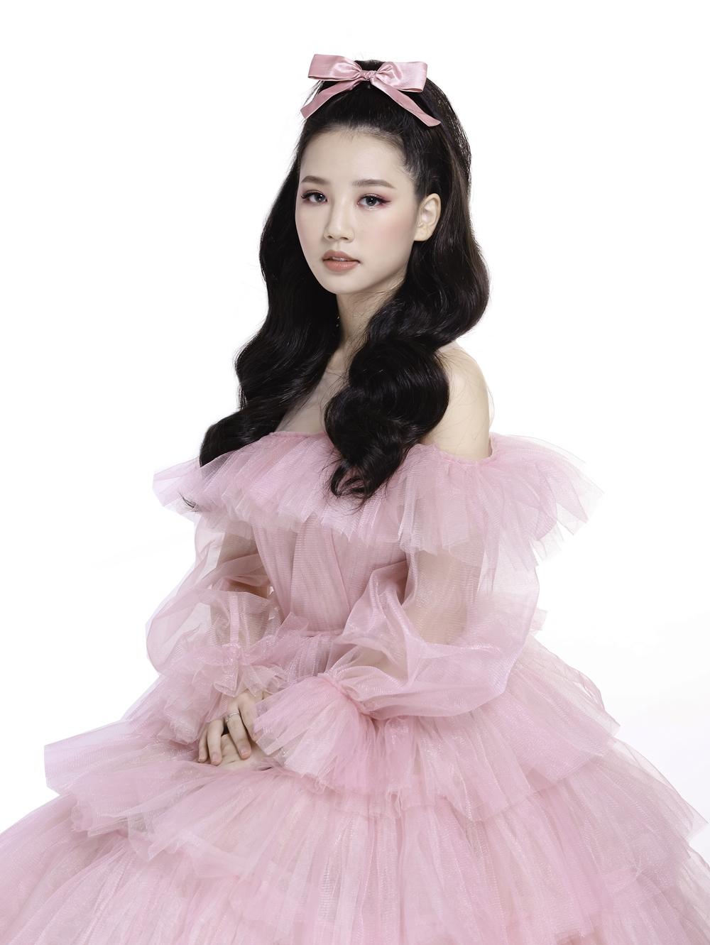 Diện trên mình chiếc váy hồng ngọt ngào, nàng Aurora Amee toát lên được tinh thần lạc quan, trẻ trung và luôn hạnh phúc.