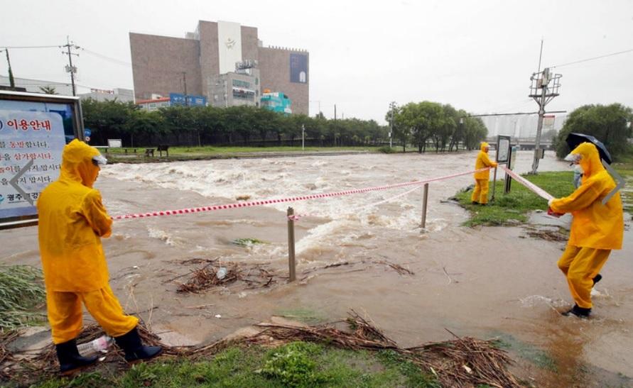 Tại thủ đô Seoul, một số phần của đường cao tốc liên tỉnh bị đóng cửa do nước dâng cao. Hơn 1.100 hộ gia đình tại Gwangju, Gapyeong và Paju của tỉnh Gyeonggi bị mất điện.