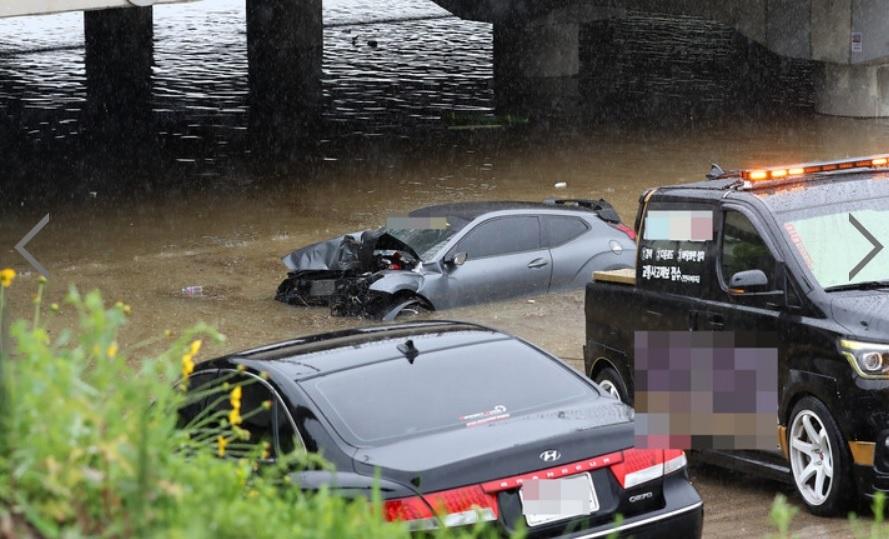 Chiếc xe bị hư hỏng nặng giữa dòng nước ngập.